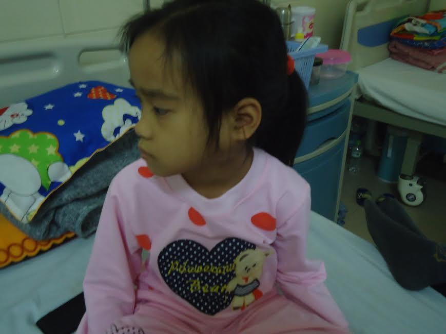 Con gái mắc bệnh ung thư hạch, bố mẹ nghèo cầu cứu