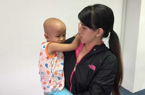 Bố mẹ chỉ ở nhà tôn, con ung thư khó có tiền chữa bệnh
